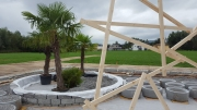 Palmen und Holzpavillon