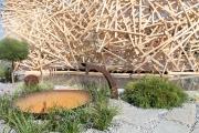 Brunnen und Holzkonstruktion